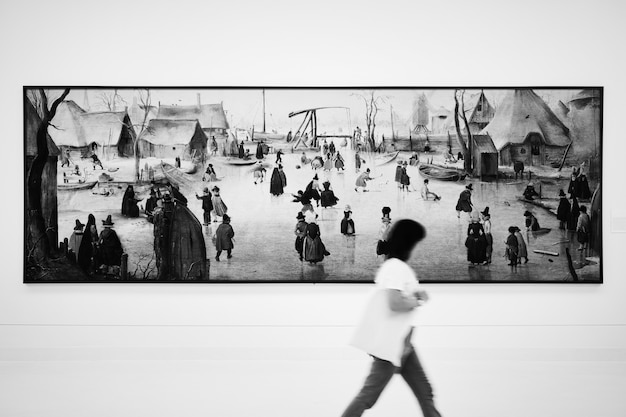 미술 전시회에서 길고 좁은 그림