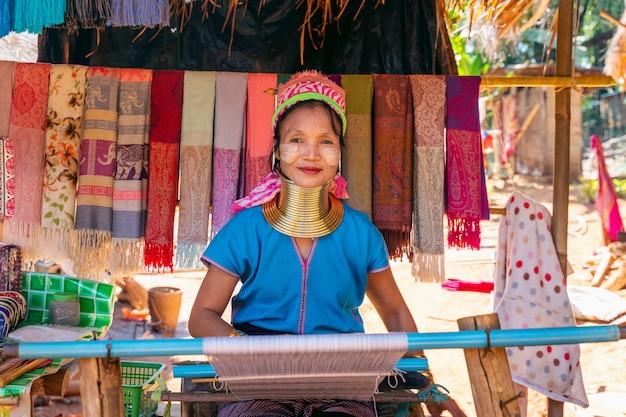Женщина карен с длинной шеей в деревнях горных племен, провинция чианграй, таиланд.