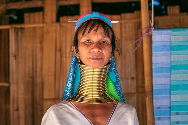 山岳民族の村、チェンライ県、タイで長い首カレン女性。