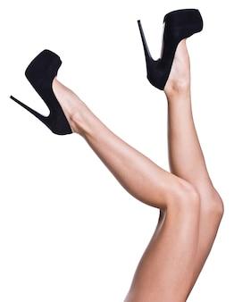 Ноги длинные красивые женщины, изолированные на белом фоне