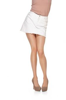 Copyspace와 흰 벽에 고립 된 긴 예쁜 여자 다리. 디자인을위한 준비. 낚시를 좋아하고 맞는 그림, 패션 및 미용 개념.