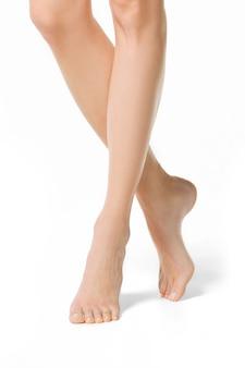 白で隔離の長いきれいな女性の脚。