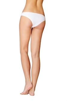 白の長いきれいな女性の足