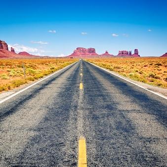 アリゾナ州モニュメントバレーへの長い道のり