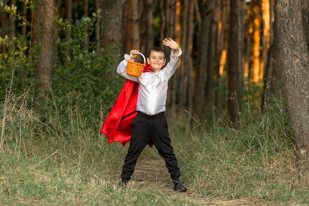 Campo lungo del ragazzo in costume da dracula
