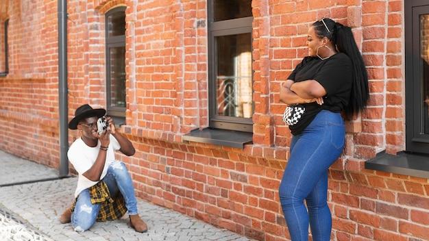 Мальчик с длинным выстрелом фотографирует своего друга