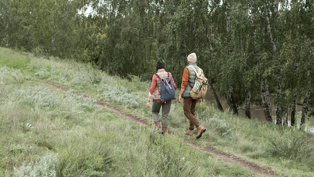 トレイルを歩くロングショットカップル