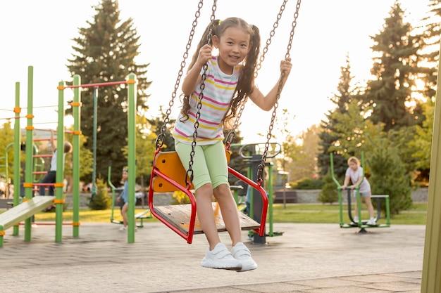 公園で楽しんでいるロングショットの女の子
