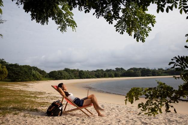해변에서 긴 샷 행복한 여자