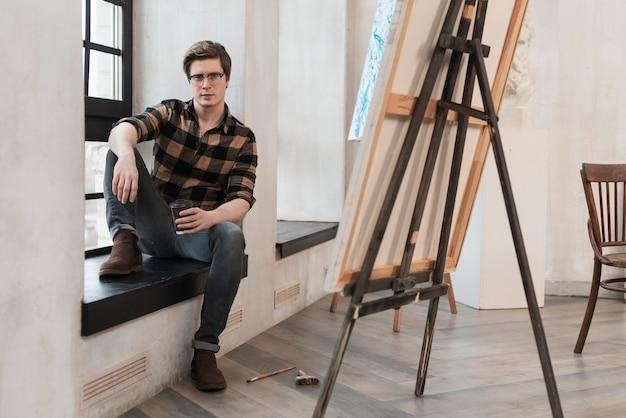 Artista dell'uomo della possibilità remota che aspetta una certa ispirazione