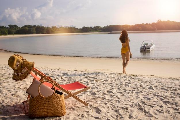 해변에서 롱 샷 유목민 여자