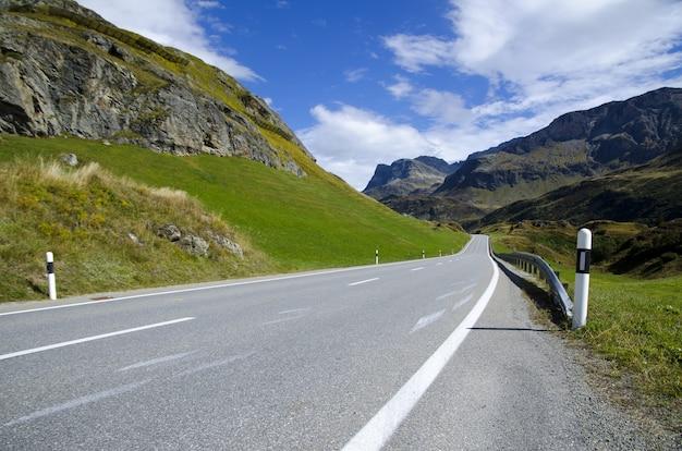 山々に囲まれた風光明媚な高速道路のロングショット