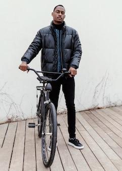 Общий снимок взрослой марки и его велосипеда