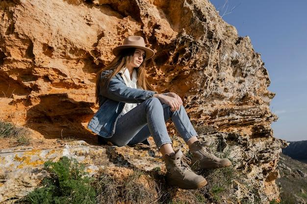 美しい女性旅行者のロングショット
