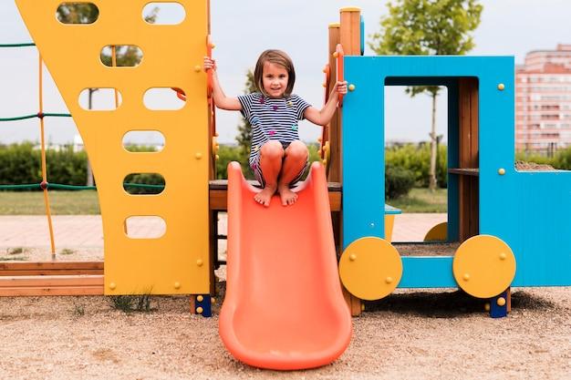 Длинный снимок красивой девушки, развлекающейся в парке