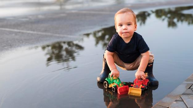 外で遊ぶ美しい子供のロングショット