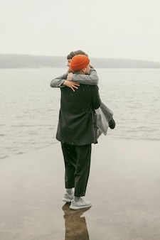 외부 아름다운 사랑스러운 커플의 긴 샷