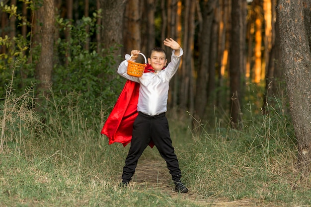 ドラキュラの衣装を着た少年のロングショット