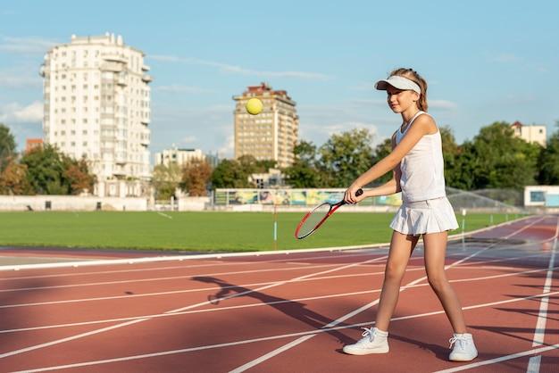 Длинный выстрел девушки, играющей в теннис