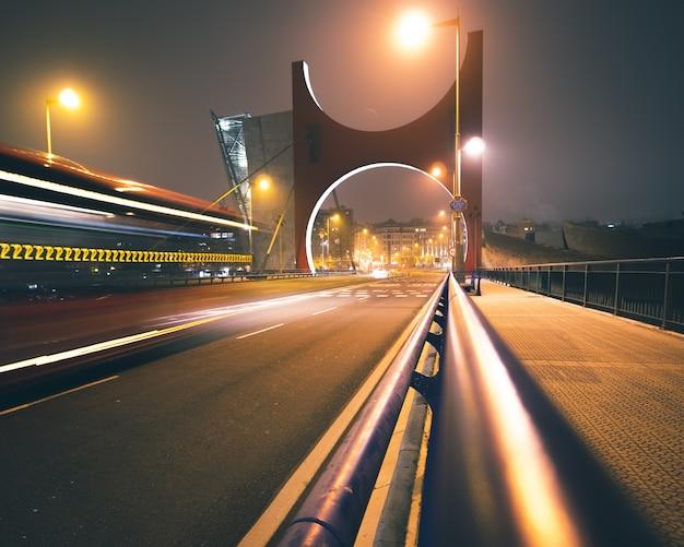 ビルバオスペインの高速道路のライトとユニークな橋の弧と夜のラサルベ橋のロングショット