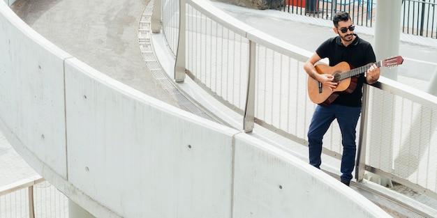 サックスのコンセプトを演奏するミュージシャンのロングショット