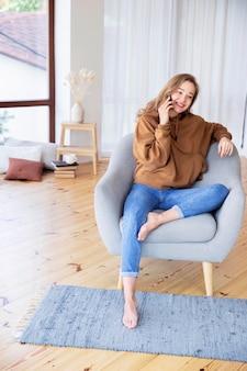 Длинный выстрел женщины разговаривают по телефону
