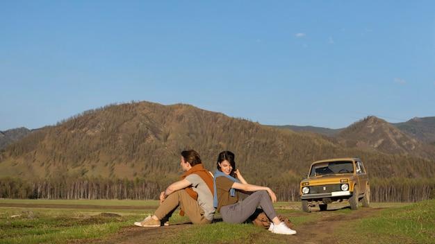 Persone a lungo raggio sedute sull'erba