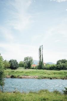 Длинный выстрел реки через сельхозугодья