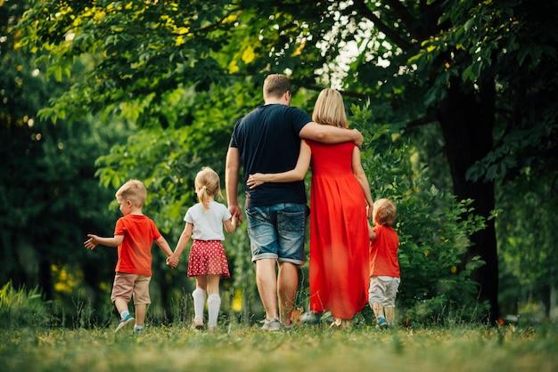 後ろから家族と一緒にロングショット