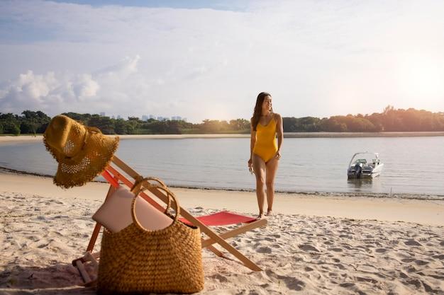 해변에서 롱 샷 여자