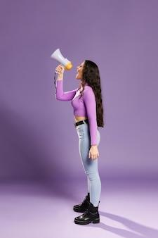 Colpo lungo della donna che grida in megafono