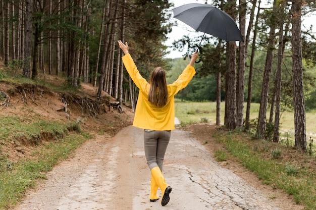 森の中を散歩してロングショットの女性