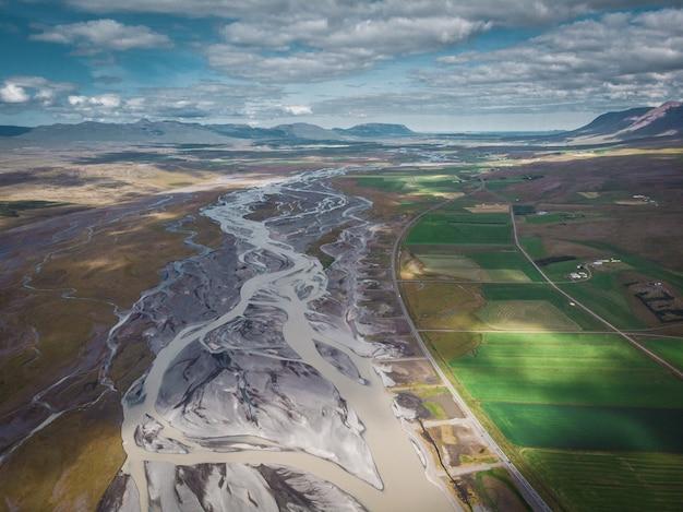 アイスランドの上面図の長い雪の丘