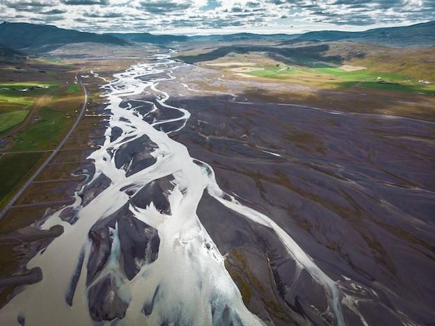 アイスランドのウェブのような長い雪の丘