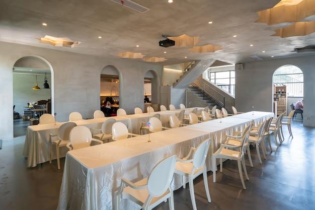 リゾートレストランの長いテーブルと椅子