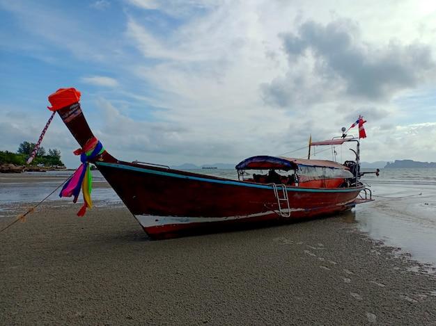 Tubkaekビーチクラビタイのロングテールボート