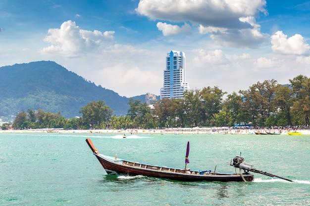Лодка с длинным хвостом на пляже патонг на пхукете в таиланде