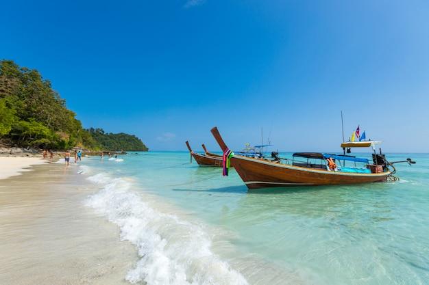 크라비 태국에서 열 대 해변에서 긴 꼬리 보트