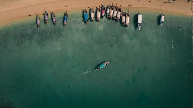 롱테일 보트 승객은 해변에서 관광객을 여행합니다. iat ao nang railay krabi thailand