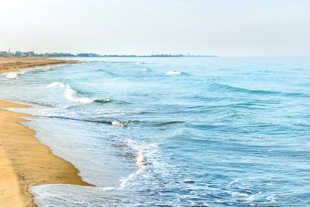 Длинный тропический песчаный пляж с прибоями и морскими волнами