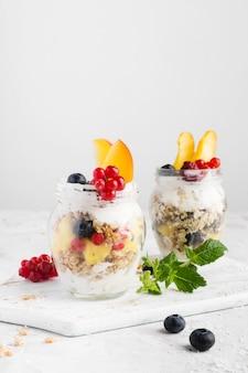 Lunga vista di frutta in bicchieri bio food lifestyle concept