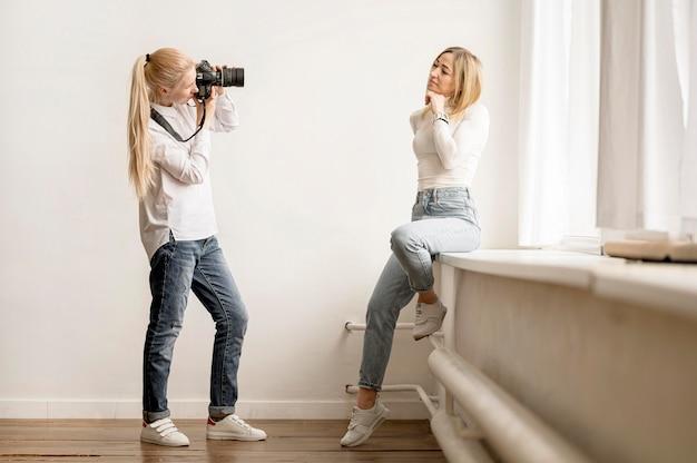 ロングビューの写真家とモデルの写真アートのコンセプト