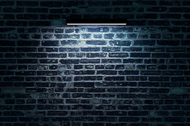 長い壁のランプがレンガの壁を照らしますネオンランプがレンガの壁にぶら下がっています