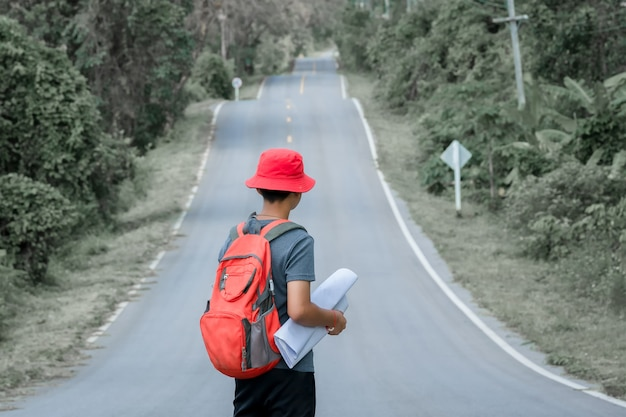 Долгий путь, турист, стоящий на дороге. концепция путешествия. задача путешествия.