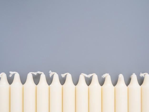 長い白いろうそくが孤立した一列に並んでいます