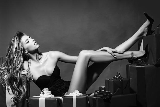 滑らかな柔らかい肌を持つ長い女性の脚