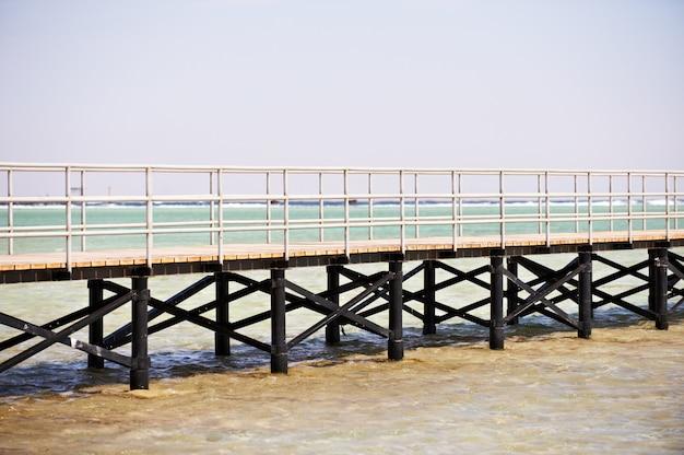 Длинная деревянная пристань на красном море