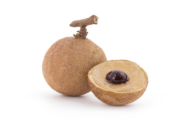 白で分離されたリュウガンの果実。