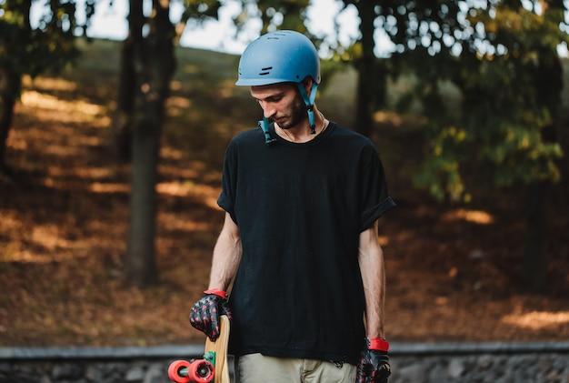 ロングボーディングとスケートボード。街の外の夏休み。高品質の写真
