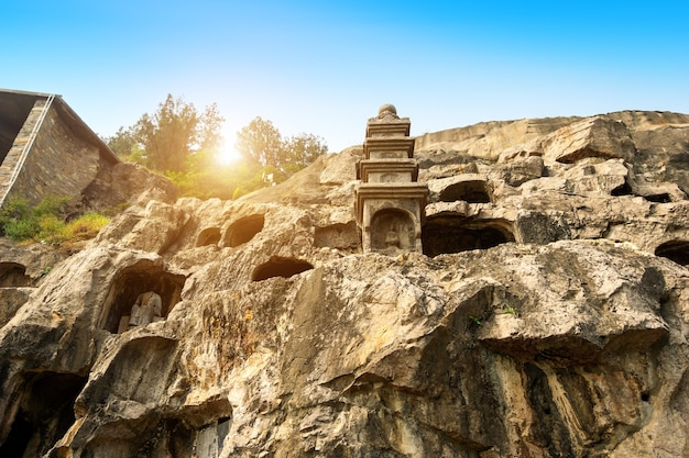 Гроты лунмэнь с фигурами будды начинаются с династии северная вэй в 493 году нашей эры. это один из четырех известных гротов китая.